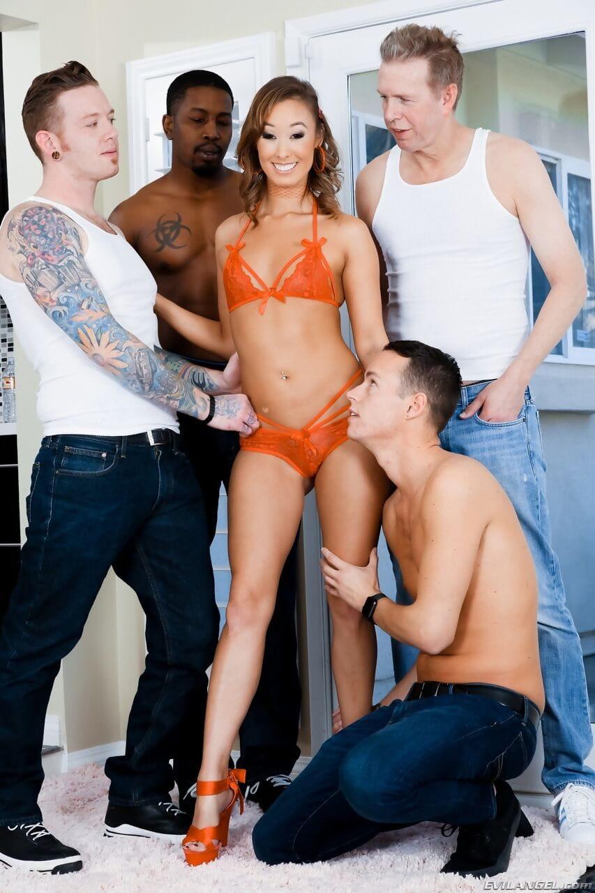 Asiatische MILF Christy Love wird bei einem geilen Gangbang doppelt gefickt