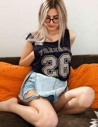 Nerdy teen Girl Jay capture a finger after stripping and masturbating