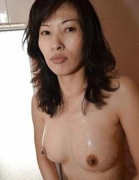 Slender Asian Michiru Saeki displays her impressive naked form