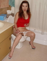 Dirty-minded thai slut peeing and wipping up her hairless babe pot