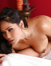 Bodacious brown-haired massagist Jessica Bangkok getting nude to deliver hand job