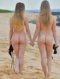 2 ravishing lovemaking bombs string up spreading their vagina at the beach