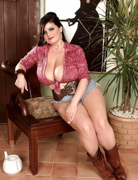 Chesty plumper Arianna Sinn in shorts showcases her fat gorgeous knockers
