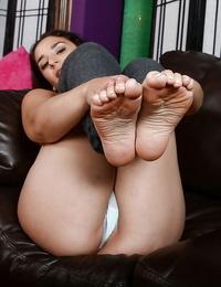 Latina Sheena Ryder displaying barefeet before stretching pink pussy widely opened