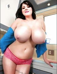 Busty cockblowers honey Rachel Aldana posing braless in the kicthen