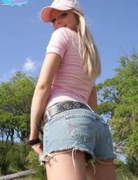 Ash-blonde unexperienced Skye Model exposes her nice teenage booty in the backyard