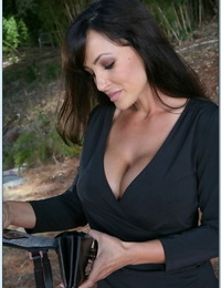 Ravishing dickblowers MILF Lisa Ann gets rid of her clothes outdoor