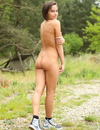 Anabelle tries out fresh toys into her lil\' pussy during outdoor solo show
