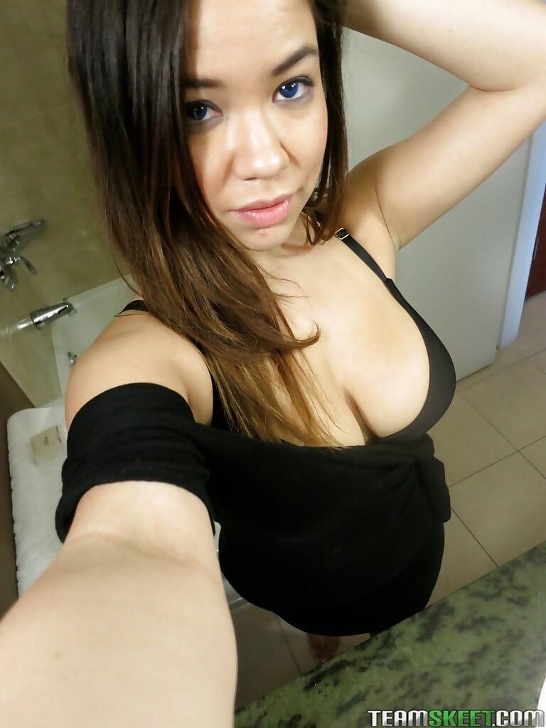 Selfie nackt amateur images.dujour.com: over