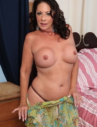 Mature unexperienced Margo Sullivan pleases her vagina with thumbs and a voiced dildo