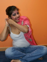Plump Indian girl Rupali Bhabhi gets entirely bare during solo action